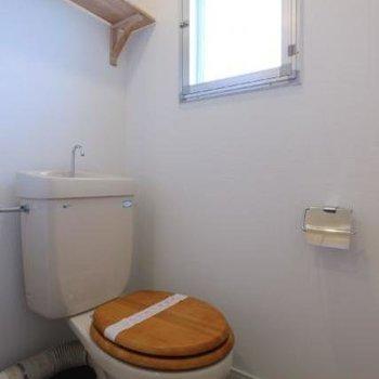 トイレは便座を木製にしてぬくもりのある空間に