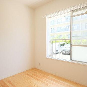 寝室にも窓があります※写真は別部屋のものです