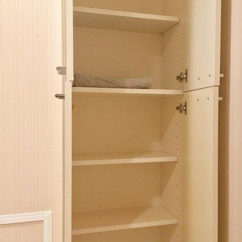 タオルなどのストックにオススメな収納も!※写真は1階の反転間取り別部屋のものです