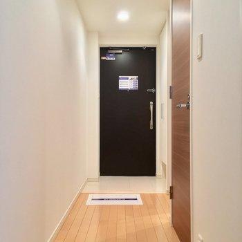 DKから扉を開けて廊下へGO※写真は1階の反転間取り別部屋のものです