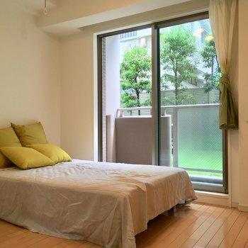 約5.5帖のスペース。セミダブルベッドなら余裕ですネ※写真は1階の反転間取り別部屋のものです