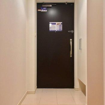 玄関。足元広いのは嬉しいなあ※写真は1階の反転間取り別部屋のものです