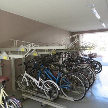 自転車置き場や駐車場もありました