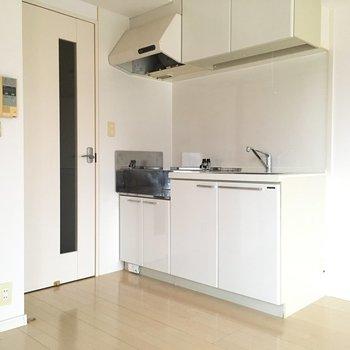 キッチンはダイニングのドアの横にあります。※写真は10階の反転似た間取り別部屋のものです
