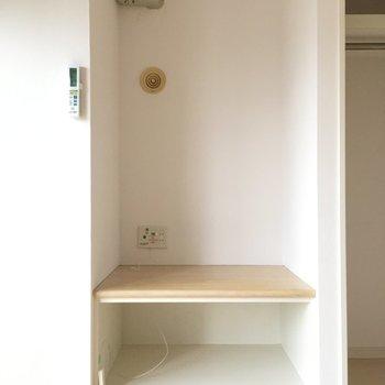 収納の横は棚に!私ならこのままテレビ台にしちゃう。※写真は10階の反転似た間取り別部屋のものです