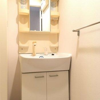 洗面台は1人にぴったりサイズなの。※写真は10階の反転似た間取り別部屋のものです