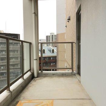 さっきより広めのベランダが!こちらはダイニング側。※写真は10階の反転似た間取り別部屋のものです