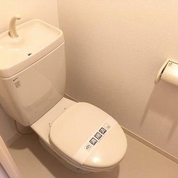 トイレはシンプルタイプ。※写真は10階の反転似た間取り別部屋のものです