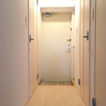 ドアをすべて閉めれば生活感が消えちゃいますね!※写真は10階の反転似た間取り別部屋のものです