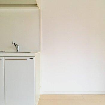キッチン横のこのスペースに冷蔵庫を置いてね。※写真は10階の反転似た間取り別部屋のものです