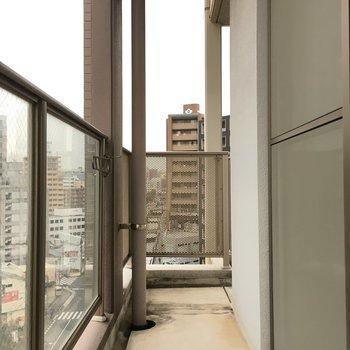 洋室側のベランダを曲がると?※写真は10階の反転似た間取り別部屋のものです