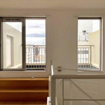 窓が2つ!ここからルーフバルコニーへ。