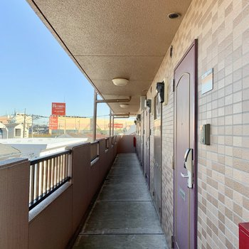 3階までは階段を上って。一番手前が306号室です。※写真は前回募集時のものです