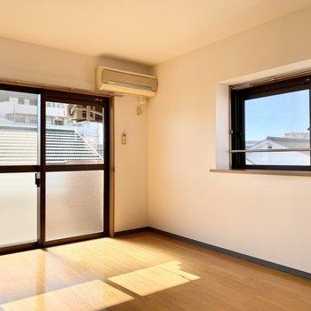 二面採光で明るい居室。※写真は前回募集時のものです