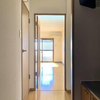 玄関から。右手にキッチン、左手にはバス、トイレ、洗面所が。※写真は前回募集時のものです
