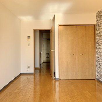 縦長の居室、横幅も決して狭くはありません。※写真は前回募集時のものです