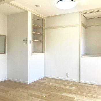 左を向くと、魅せる収納とロールカーテン付き収納。