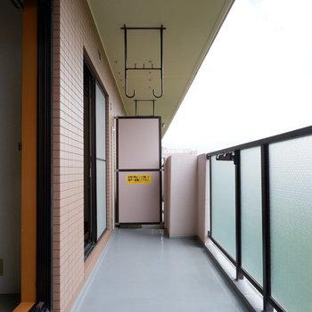 バルコニーは2部屋にまたがり、たっぷり干せる広さ。