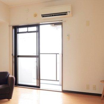 【洋室②】こちらは寝室や子ども部屋などにちょうど良いかと。※家具はサンプルです