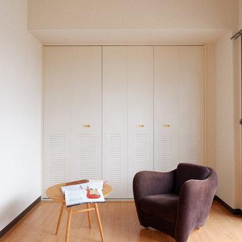【洋室②】ブラウン系はもちろん、ネイビー系なども良く合いそうです。※家具はサンプルです