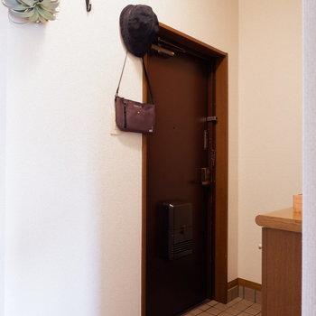 玄関にはコートや帽子などをかけておけます。※家具はサンプルです。