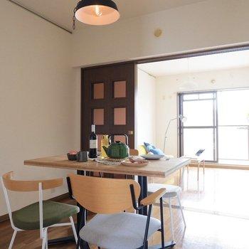 【DK】ダイニングから洋室、和室へとつながっています。※家具はサンプルです