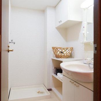 脱衣所は備品やバス用品も置いておける棚つき。※家具はサンプルです