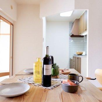 キッチンからの導線も良いですよ。※家具はサンプルです