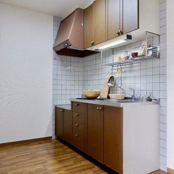 キッチンは落ち着いたブラウンの色合いに。※家具はサンプルです