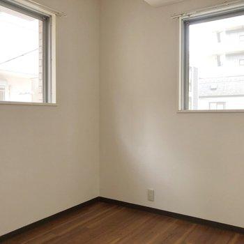 【洋室】2つ窓があります