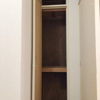 【洋室】廊下にもちょっとした収納がありますよ〜