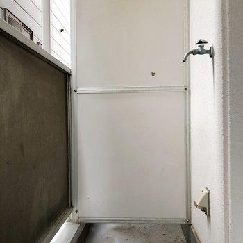 洗濯機置き場はベランダにあります