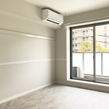 【LDK】ながーいピクチャーレールがあります。※写真は3階の同間取り別部屋のものです