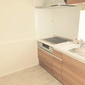 ゆったりなキッチンスペースです。※写真は3階の同間取り別部屋のものです