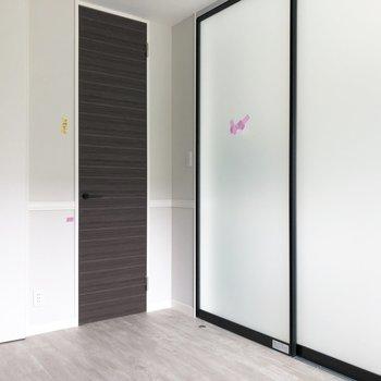 【洋室】仕切りの扉を閉めると、こんな具合。※写真は3階の同間取り別部屋のものです