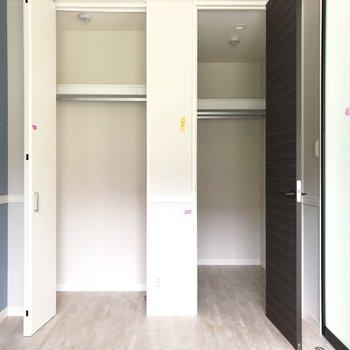 【洋室】右のウォークインにはハンガーパイプが2本も!※写真は3階の同間取り別部屋のものです
