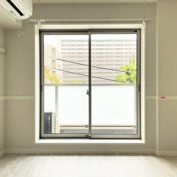 【LDK】柔らかい日差しが差し込みます。※写真は3階の同間取り別部屋のものです