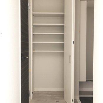こちらの可動棚に日用品などをしまいましょう。※写真は3階の同間取り別部屋のものです