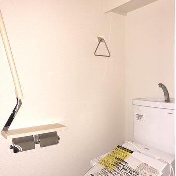 収納棚付きのトイレです。※フラッシュを使用しています。※写真は3階の同間取り別部屋のものです