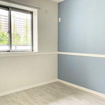 【洋室】ブルーのアクセントクロスが爽やかな印象です。※写真は3階の同間取り別部屋のものです