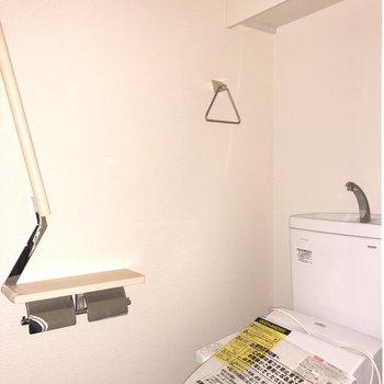 収納棚付きのトイレです。※フラッシュを使用しています。