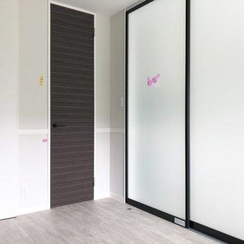 【洋室】仕切りの扉を閉めると、こんな具合。