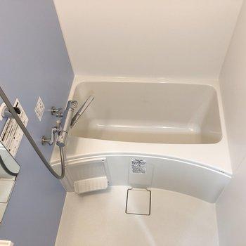 お風呂の壁紙はブルーのパステルカラー。