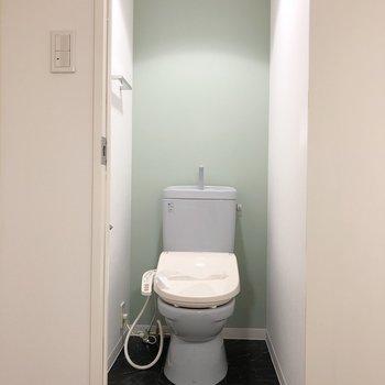 トイレの壁もパステルカラーで統一。