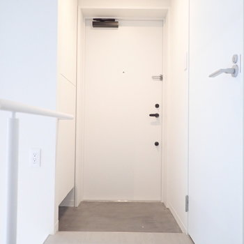 玄関はコンパクトですが。※写真は前回募集時のものです
