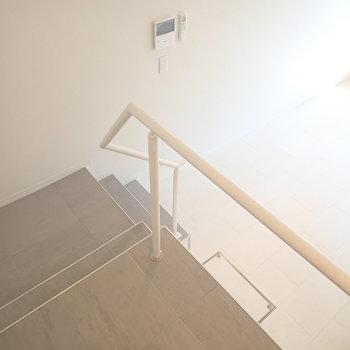 玄関から階段を降りて居室へ。※写真は前回募集時のものです