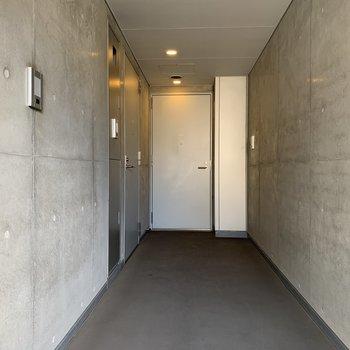 共用部分はコンクリートの壁に統一されていてスッキリ。