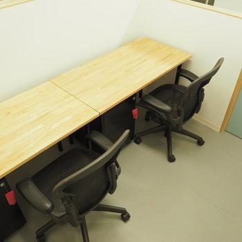 【2名利用ブース】デスクとテーブルはこんな感じ!