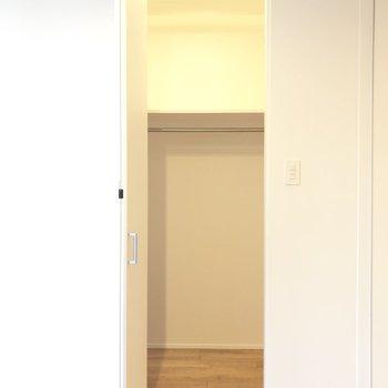【洋室】左右にもゆとりがあるウォークインクローゼットです。