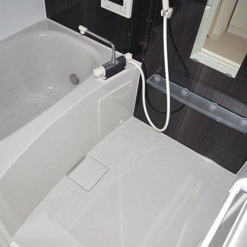 暗めの壁が浴室を引き締めます。※写真は通電前のものです